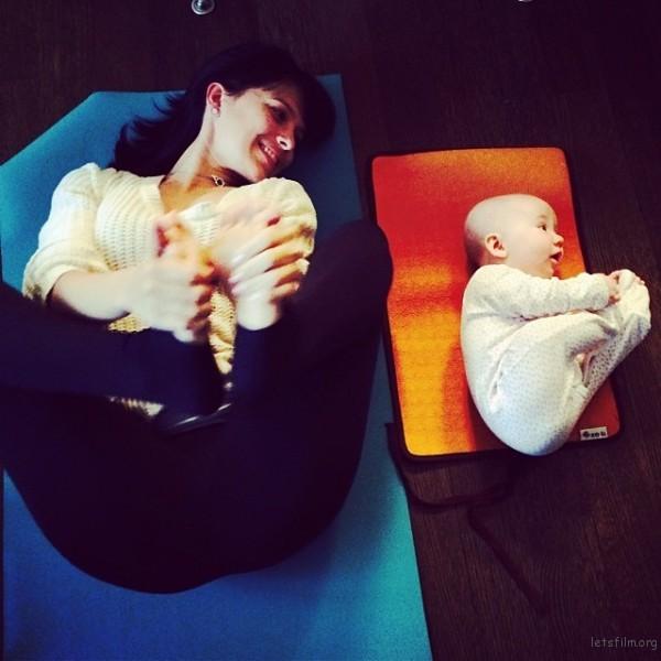 mom-and-daughter-yoga-hilaria-baldwin-2-600x600