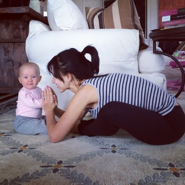 mom-and-daughter-yoga-hilaria-baldwin-3-600x600