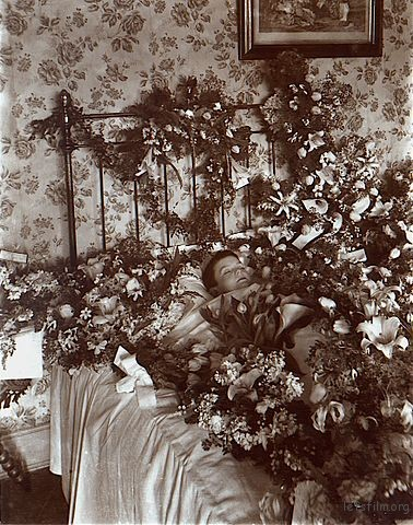 378px-Post-mortem_photograph_of_young_child_with_flowers