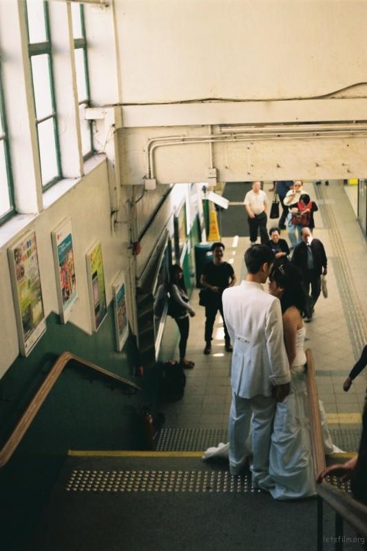 一对新人在楼梯间进行婚纱拍摄,围观者们都对他们给予美好的祝福