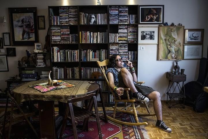 伊朗艺术家Eylya在家中吸烟和饮酒。