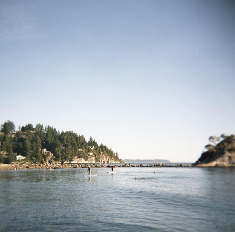 西温哥华市(West Vancouver)的Whytecliff公园位于海边,夏日里人们在此划皮艇,游泳,跳水,或晒日光浴。