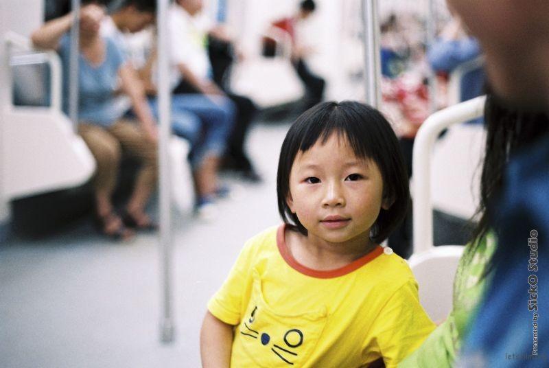 刚进地铁时看到了这姑娘, 后跟丢了. 错过了六站来找这位小姑娘. 之后觉得有点累找个地方坐下来后发现她就在我旁边.