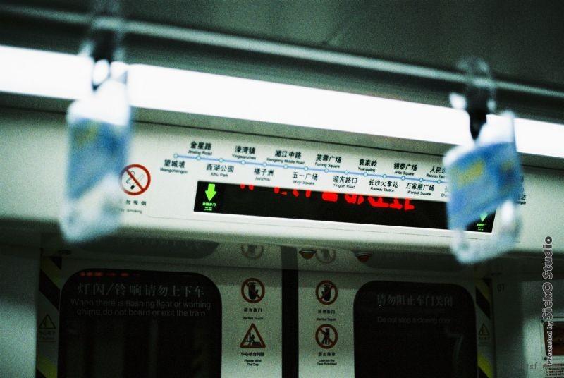 本想把站名放在在两个扶手指间, 可是对LED屏幕刷新频率似乎不是判断的很准.