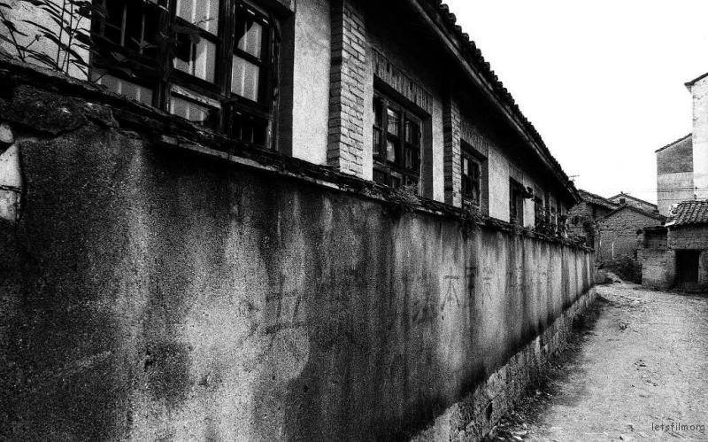 村子里的墙上都记录着过去的时光
