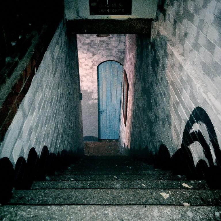 狭长的楼梯 拱高的木门