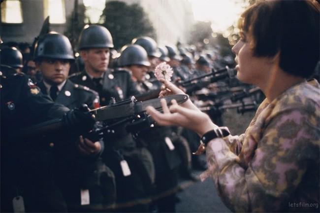 1. 1967 年17 岁少女Jan Rose Kasmir 在五角大厦前的反战游行时,向士兵献花