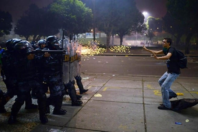 2. 2013 年巴西警察向反贪腐游行的民众开枪瞬间