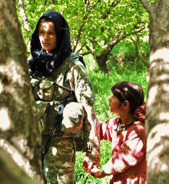 4. 阿富汗小女孩好奇的挽着美国女士兵的手
