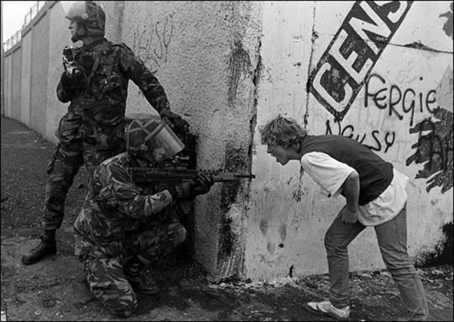 8. 爱尔兰青年对英国士兵咆哮
