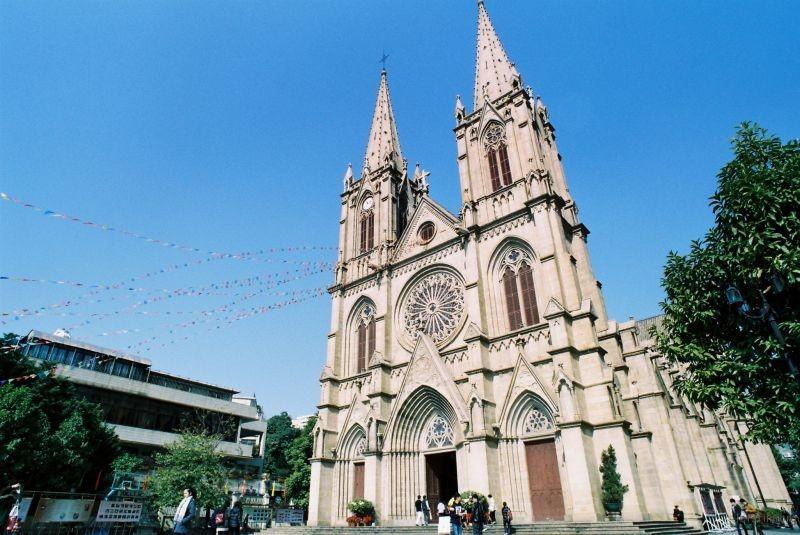 圣心大教堂几具有哥特式教堂的所有构图元素,既有早期建筑风格的彩色玫瑰窗、透视门等,又具中、晚期建筑风格的双钟楼尖塔等。另外,尖顶拱券、飞扶壁、石束柱等构件运用得得心应手,构图的完美,比例的准确,使其成为屹立于东方的一个非常纯正的欧洲中世纪天主教堂。