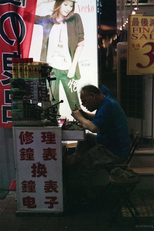 像这种在街边专职修理手表的职人已经越来越少。