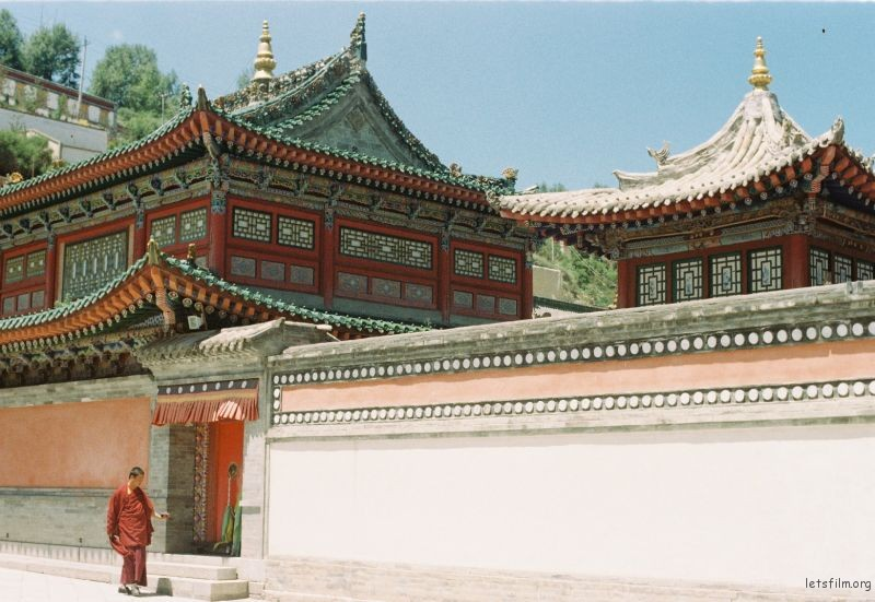 塔尔寺里某大殿前一名僧人路过