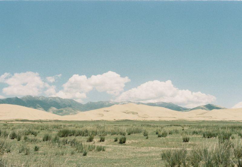 环青海湖公路的左边是连绵的山