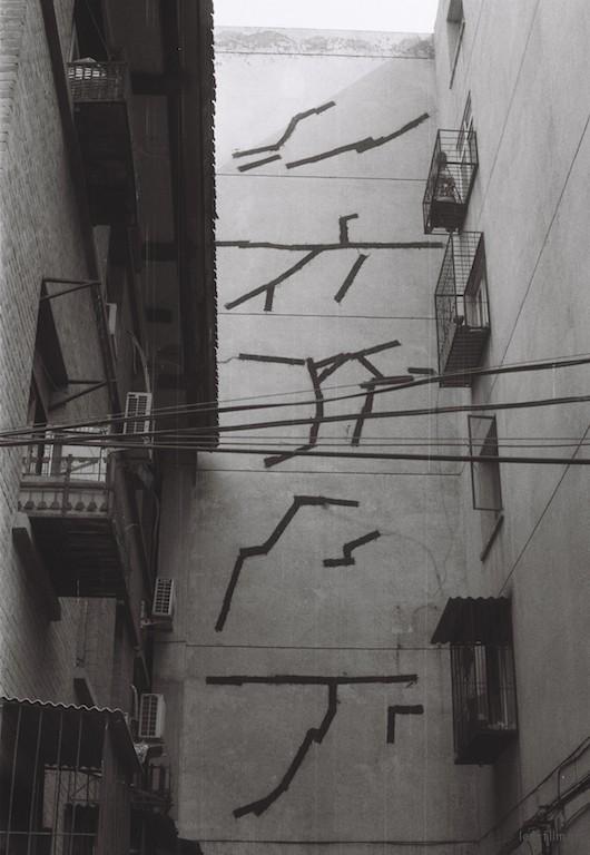图片摄于北京市朝阳区东八里庄社区,沥青糊老房子的裂痕。