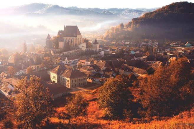 起雾的 Biertan 小村