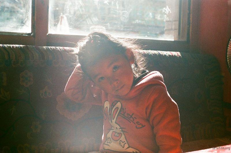 坐在陽光裡的孩子