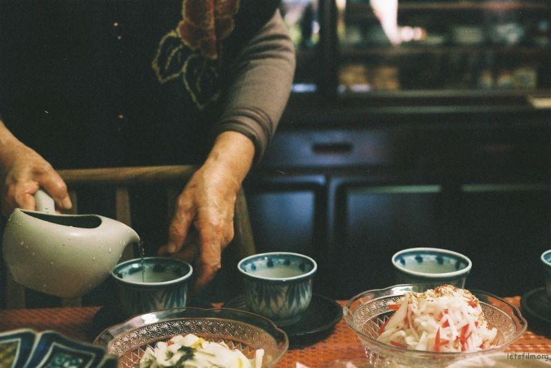 在老奶奶家里,吃饭前喝的那杯茶里面会放一颗酸梅,味道十分微妙。