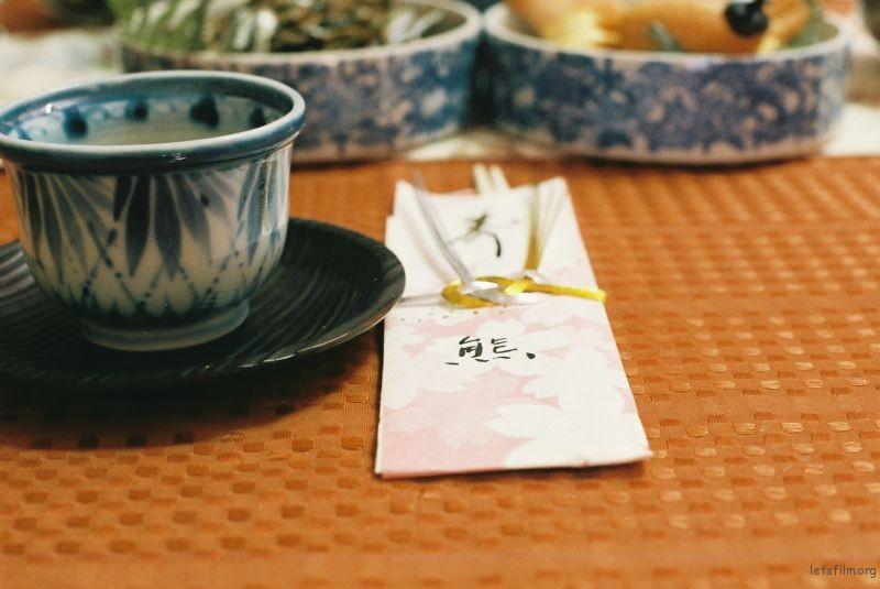 日本正月的节料理每个人的筷子都会写上姓或者名字,然后还会有公用的筷子。
