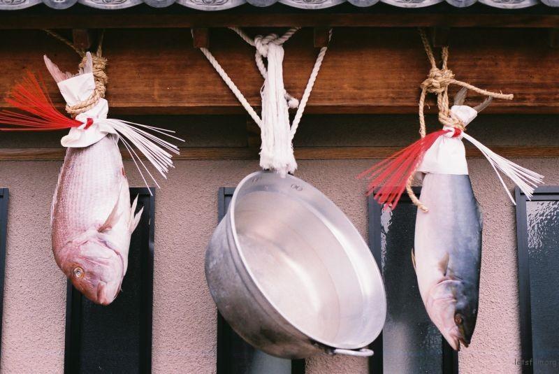 在一家屋前挂着,似乎有好的意思,以及鱼可以吃。