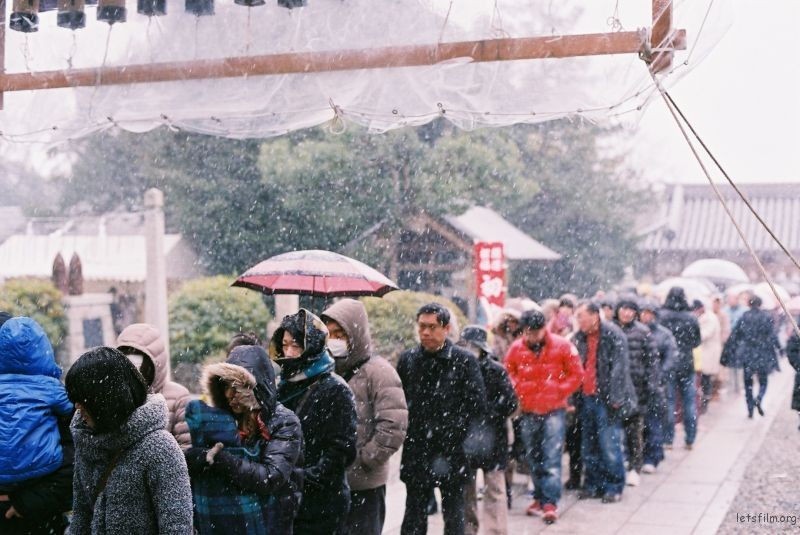 一月一号那天大家都去神社初詣,大阪突然下了好大的雪,不过我们抽到的签都是大吉。