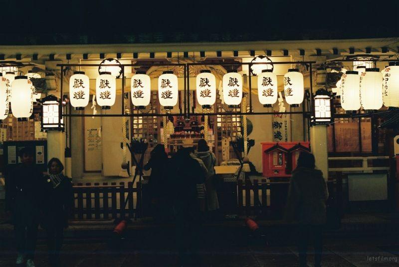 回到城里,夜晚的神社其实挺冷清。