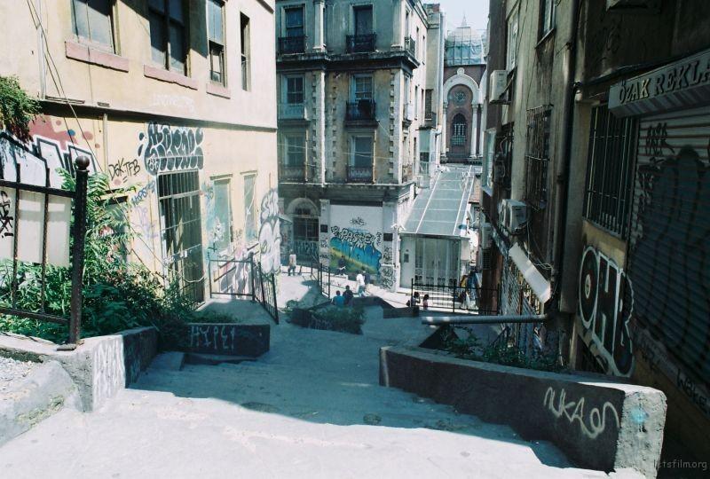 GALATA區錯綜的小巷,佈滿陽光的影子與塗鴉。