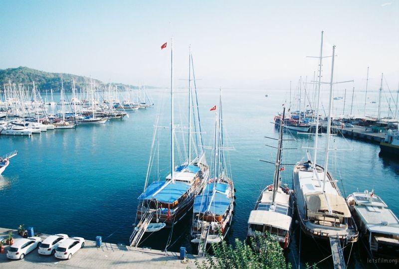 港口。午後是最不繁忙的時候,只有歇息的船。