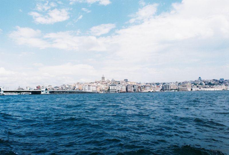 晴日。藍色的波濤。伊斯坦布爾的永恆之海。