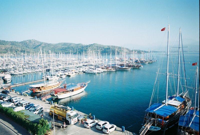 一個天然的海港,三面環山。藍與綠色的美好輪廓。