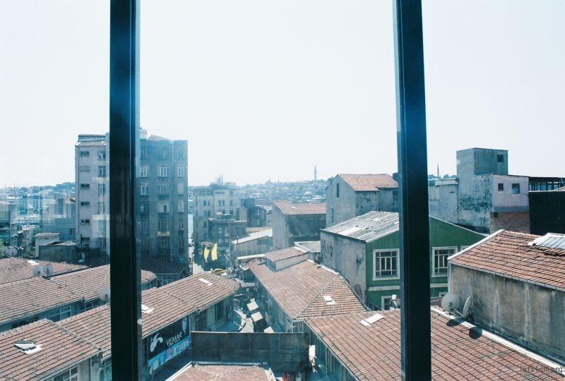 新潮的藝術館窗外,破敗的老城區。