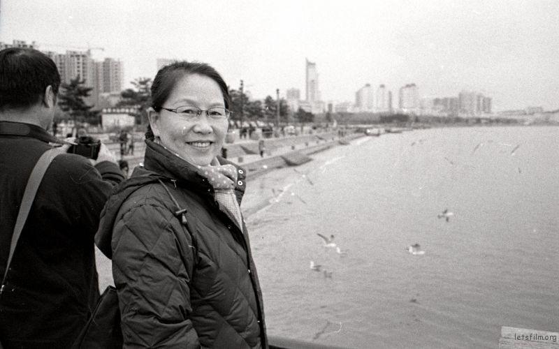 母亲是一位很乐观的人,一直为家人默默奉献着,旅游是她的一大爱好,每次出门都欢乐的像位小姑娘。