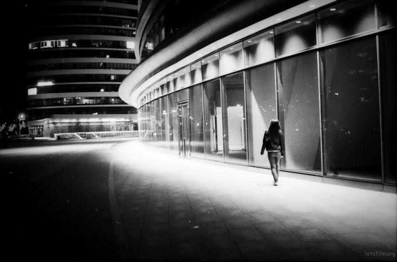 发现一个姑娘行走在soho巨大而空旷的商业街上,脑子里就构成这个图像。