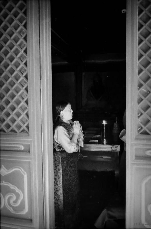 在雍和宫看见几名藏民,很虔诚的在祈祷,那是一种发自内心的纯洁祈祷。