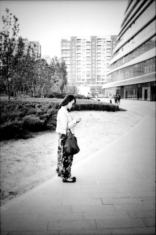 望京soho,一位等人的美女。风吹的头发,很漂亮。
