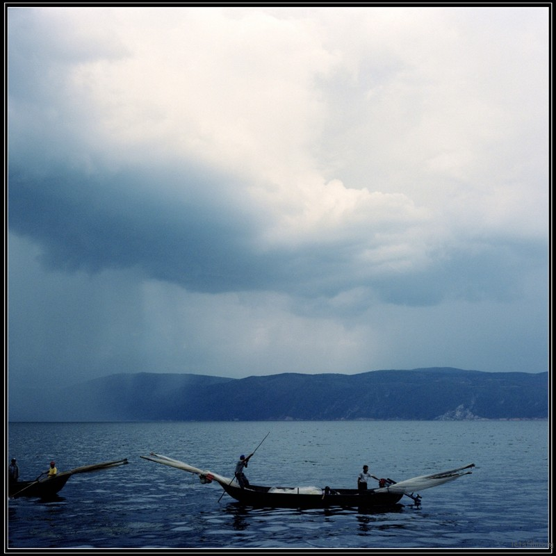 暴风雨来临时打鱼人赶紧回来躲避