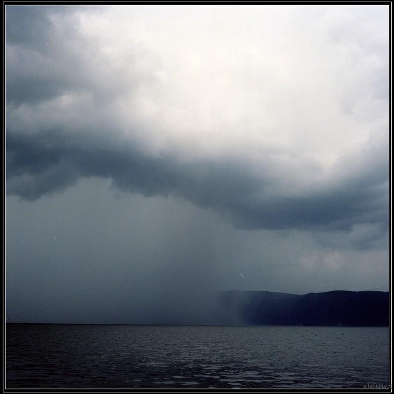 厚厚的云层下牵起雨幕