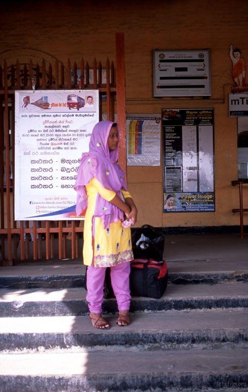 在等车的伊斯兰教少女。