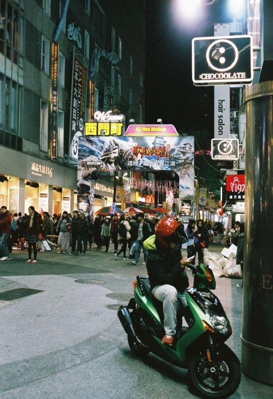 台北 —— 西门町路口,机车男和穿梭的人群