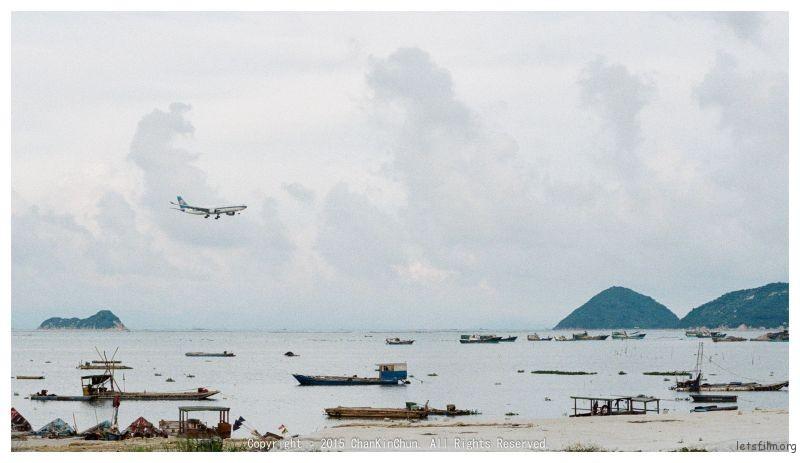 海的另一边是最靠近机场的一边。航班正在降落。
