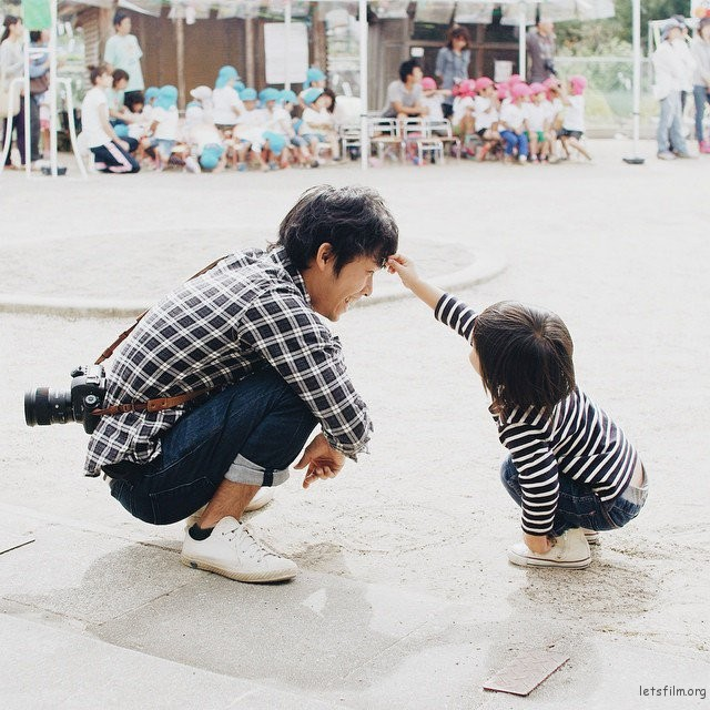 adaymag-fun-photos-of-adorable-japanese-twin-girls-with-cheeky-expressions-03