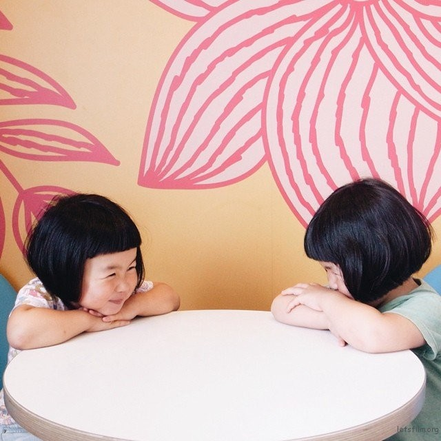 adaymag-fun-photos-of-adorable-japanese-twin-girls-with-cheeky-expressions-23