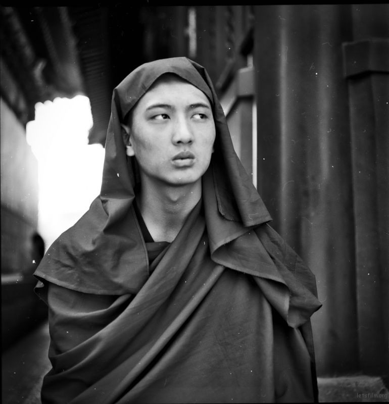年轻的喇嘛坐在台阶上,我上前说能否拍张照片,他微笑点点头默许了。