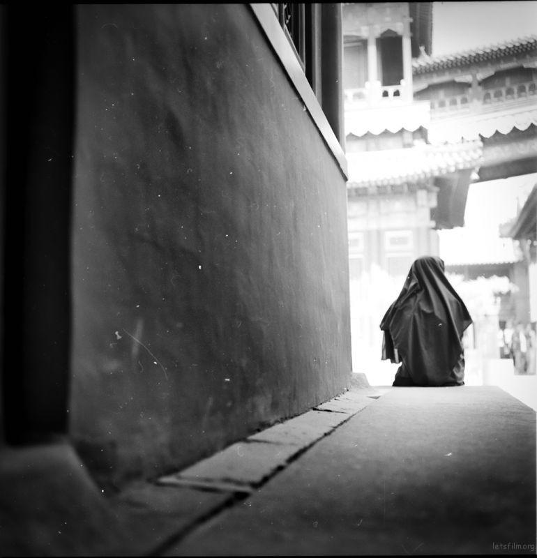 年轻喇嘛的北京,在这条长廊的尽头,一个人,少许孤单,少许寂寞。