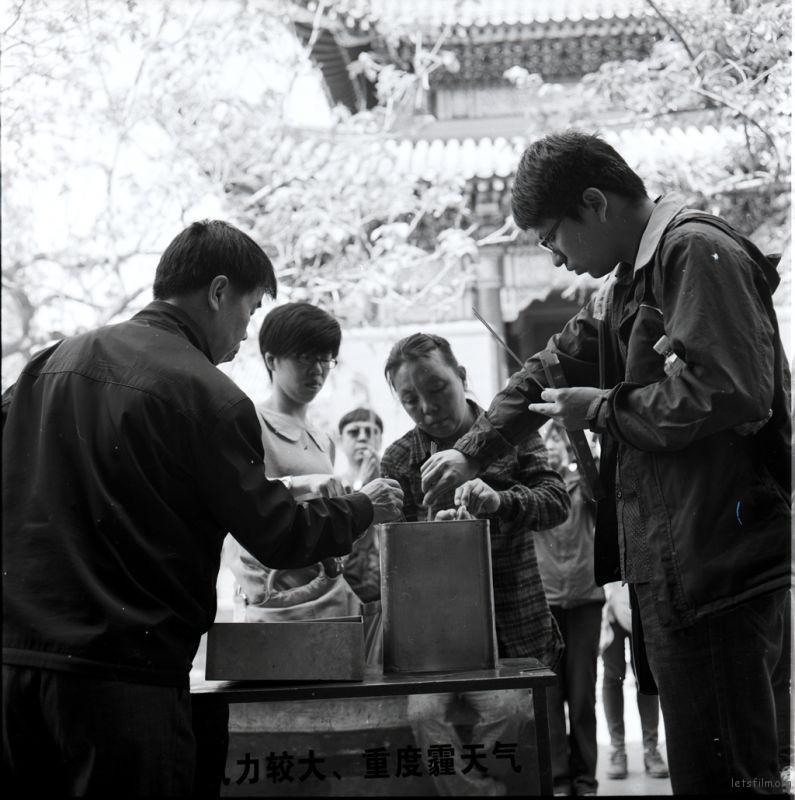 佛前三炷香,佛、法、僧。这是一种最简单最普遍的上香方法。