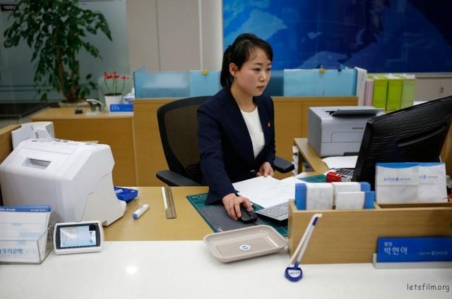 在工业园区的银行女职员,2013