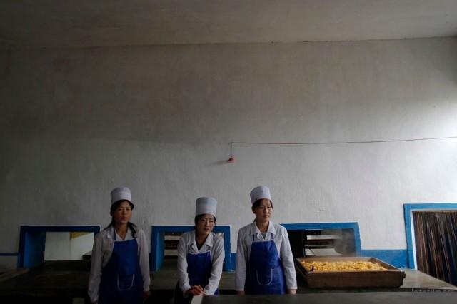 洪水台风之后,发放孤儿的玉米救济粮的女员工,2011