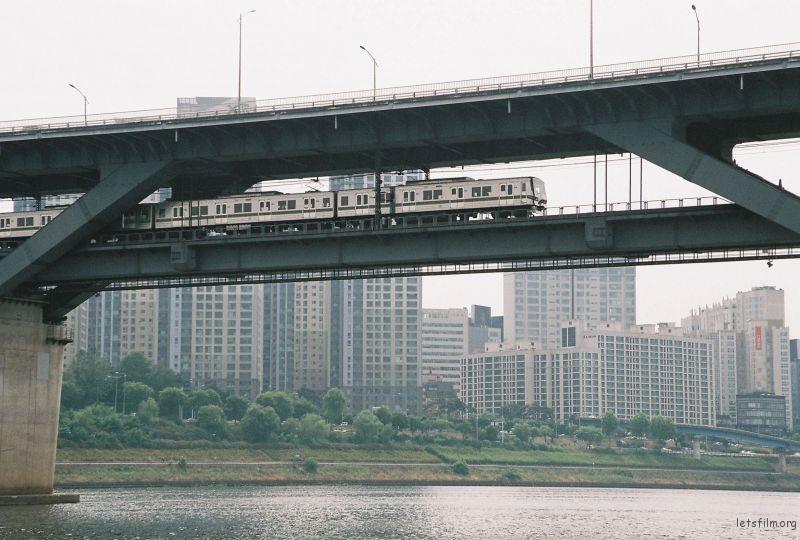 拍摄于2015年6月南韩首都首尔市汉江游轮上 汉江桥上形势的捷运列车