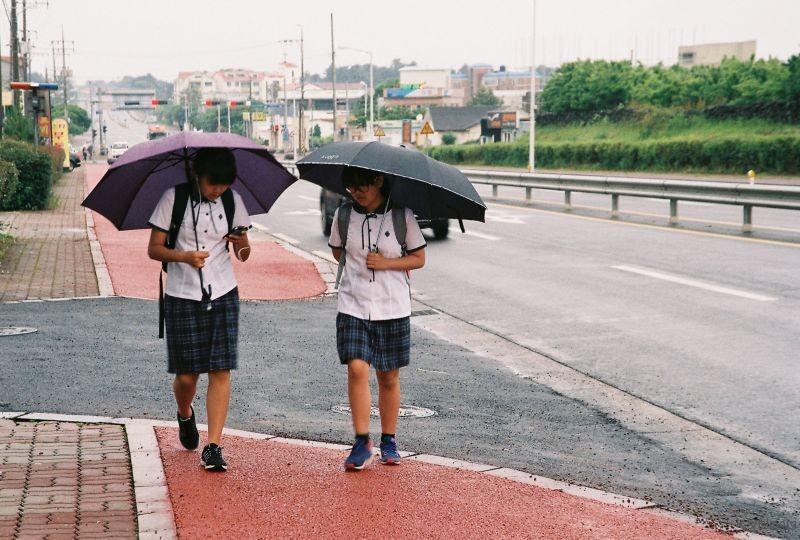 拍摄于2015年6月南韩,Nikon F60 拍摄 拍摄于南韩济州岛,清晨上学路上的女学生。