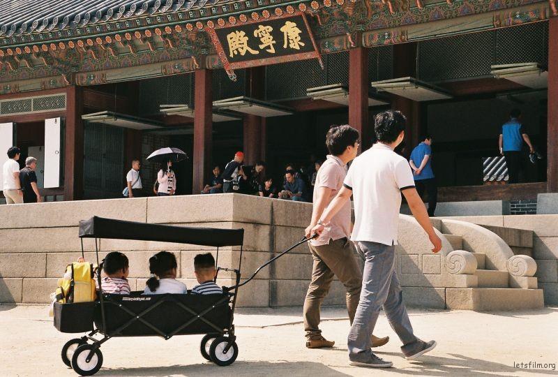 拍摄于2015年6月南韩,Nikon F60 拍摄 首尔市景福宫,来参观的父亲和儿女